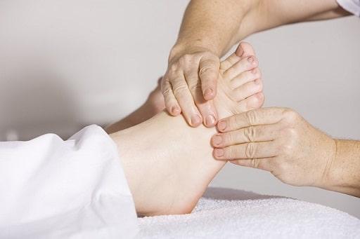 Frau bekommt eine Fußreflexzonen Massage
