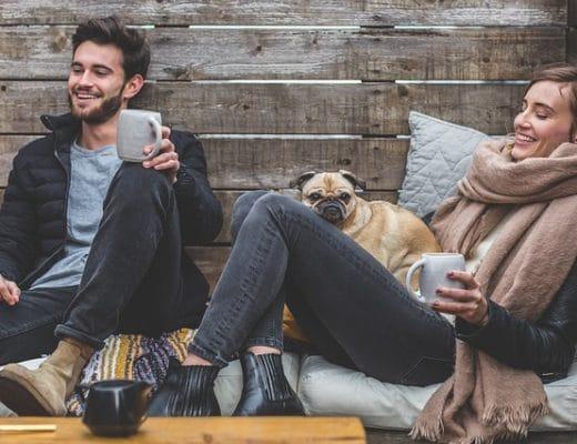Frau und Mann haben Spaß bei ihrem Date