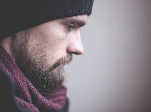Mann schaut Traurig und vermisst seine Ex