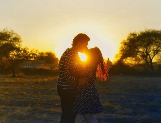 Pärchen Küsst beim Sonnenuntergang