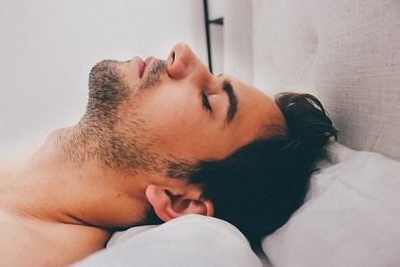 Mann ist am schlafen